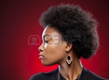 24101946-vue-de-profil-d-une-beaut-noire-avec-coiffure-afro