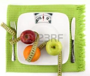 9611857-concept-de-r-gime-alimentaire-fruits-avec-du-ruban-sur-une-plaque-de-mesure-comme-chelle-de-poids