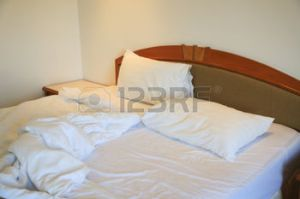 38697194-lit-en-d-sordre-et-se-d-font-dans-la-chambre-d-h-tel-oreillers-blancs-et-lit-dans-la-chambre-blanche