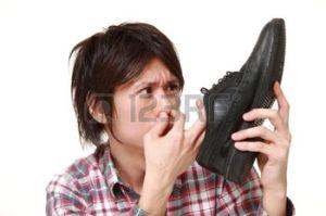 41300469-jeune-homme-japonais-sentant-ses-chaussures