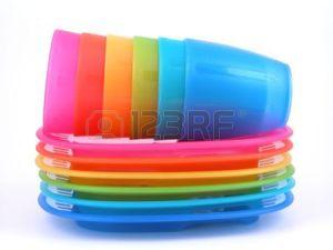 450064-pile-d-assiettes-et-tasses-en-plastique--parfait-pour-un-pique-nique