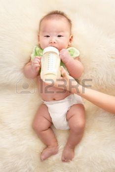 9553664-chinois-pour-b-b-gar-on-se-nourrir-de-lait-de-bouteille-de-b-b