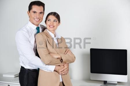 16128603-histoire-d-amour-d-affaires-dans-le-bureau-avec-un-directeur-et-un-secretaire