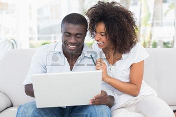 30922059-attractive-couple-utilisant-un-ordinateur-portable-ensemble-sur-le-canap--la-boutique-en-ligne--la-m