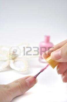7319615-image-de-rendre-manucure-et-d-coration-de-fleur-rose--ongles-sur-fond