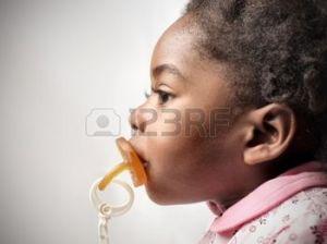 8738374-fillette-africaine-avec-t-tine-dans-sa-bouche