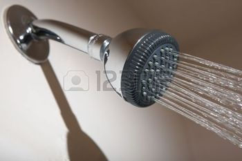 2908635-douche-dans-la-salle-de-bains-t-te-de-pulv-risation-jet-d-eau