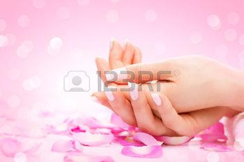35560928-mains-spa-mains-des-femmes-soign-es-la-peau-douce-de-beaux-ongles