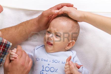 36449206-les-parents-calmer-un-bebe-qui-pleure-en-caressant-sur-sa-tete