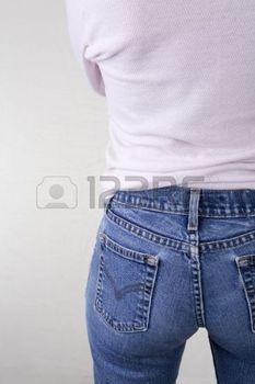 3925369-arri-re-plan-d-une-femme-en-blue-jeans-et-chemise-rose-le-c-t-gauche-du-corps-f-minin--partir-de-l-a